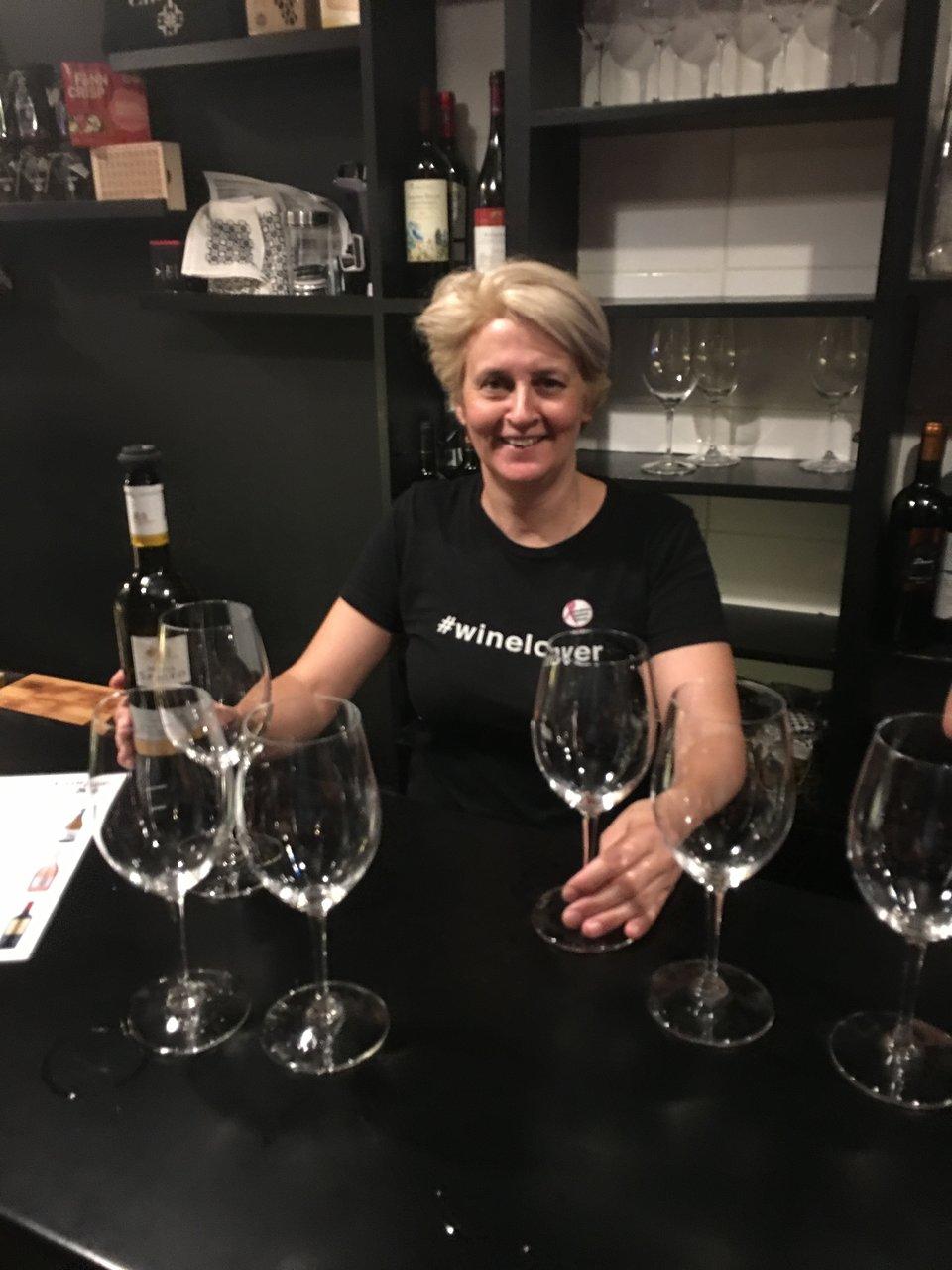 Cinque wine bar Athens warm atmosphere hospitality greek wine tasting