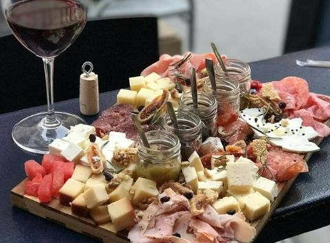 charcuterie board food tasting greek products Cinque wine bar Athens homemade chutney